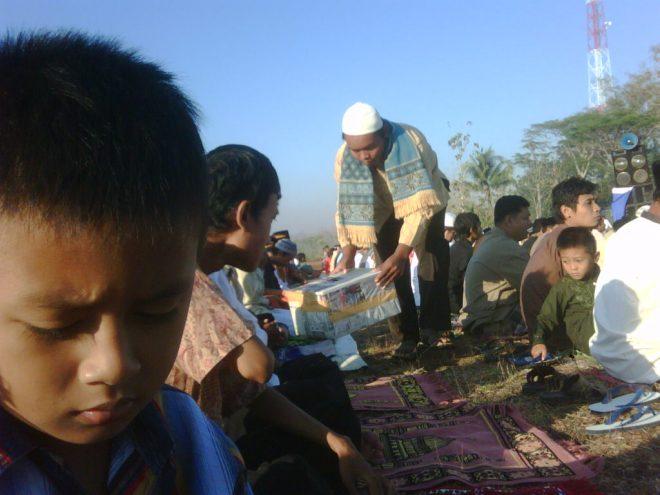 Shalat Iedul Fitri di Lapangan Desa Grogol