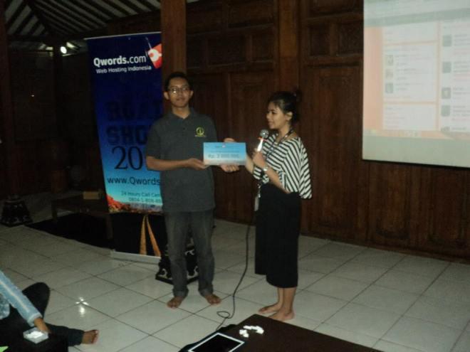 Iwan Restiono, mewakili Komunitas Blogger Jogja memerima uang pembinaan komunitas sebesar Rp 2.000.000,- dari Qwords.com