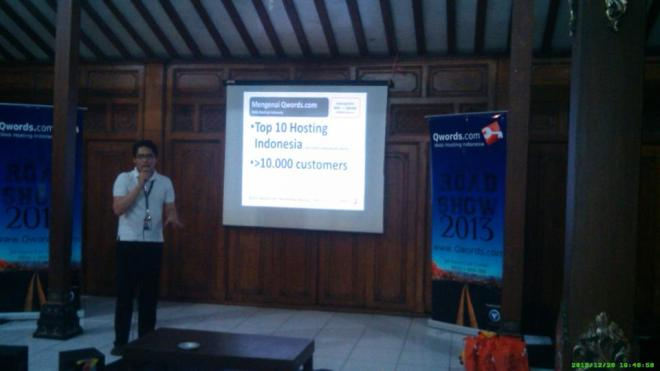 Mas Berry (Tim Qwords Roadshow) mempresentasikan Company Profile Qwords.com dan Sharing Knowledge tengan web server dan hosting