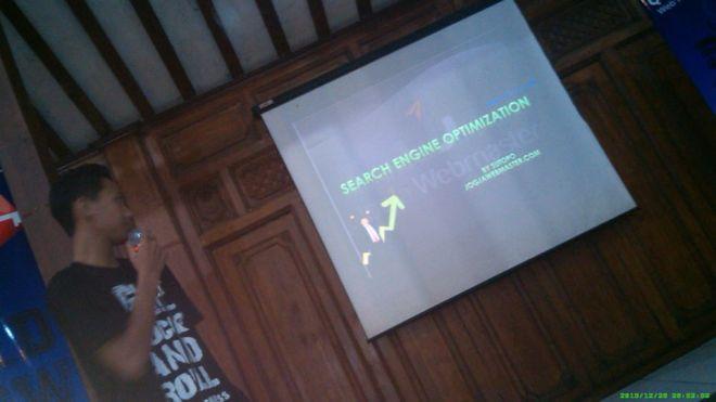 Sutopo Sazuke, Praktisi SEO dari Jogjakarta, member senior Komunitas Blogger Jogja mempresentasikan tips dan trik Search Engine Optimization (SEO)