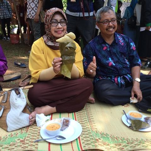 Bu Badingah ( Bupati Gunungkidul ) Menikmati Hidangan Sompil di Festival 1001 Sompil