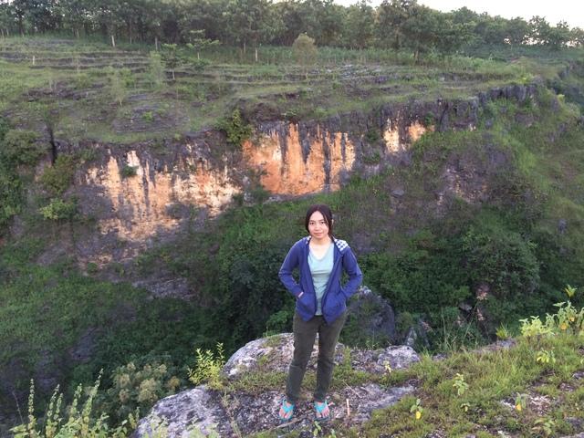 jarwadi berpose di lembah ngingrong geopark