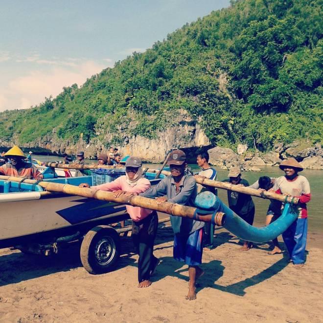 jarwadi kehidupan gotong royong nelayan Pantai Baron