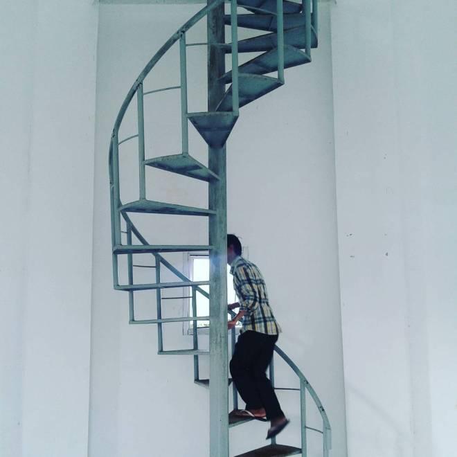 Meniti Tangga Memutar di Menara Mercusuar Tanjung Baron. Foto oleh Tina Latief