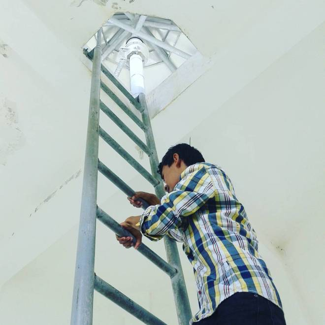 Memanjat Menara Vertikal di Menara Mercusuar Tanjung Baron