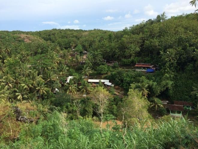 Parkiran Tempat Wisata Air Terjun Sri Gethuk Dilihat dari Bukit Sri Panjung