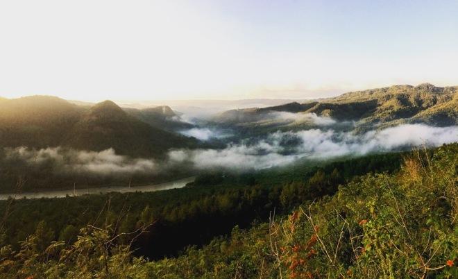 Kabut dan Matahari Terbit di Puncak Panguk Imogiri Bantul