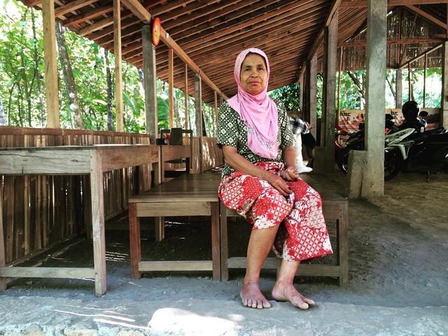 Penjaga Kebersihan di Kebun Jati Selo Pamioro Imogiri Bantul