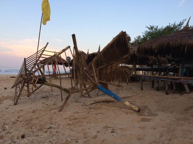 Gazebo Gazebo Roboh di Pantai Drini - Gunungkidul