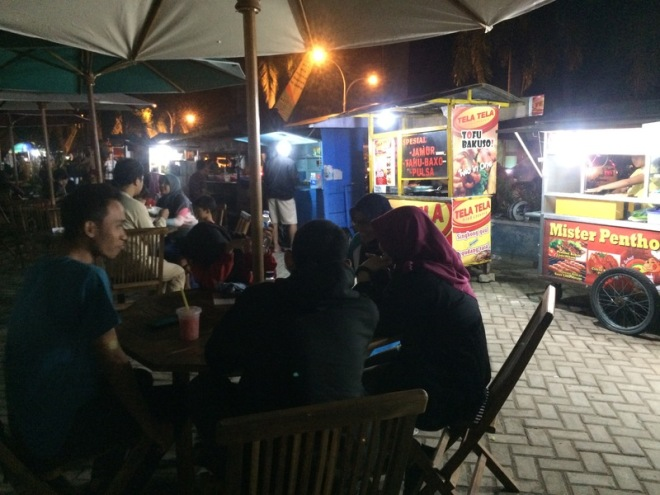 Taman Kuliner Wonosari Gunungkidul: Pengunjung Menikmati Kuliner