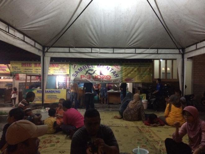 Taman Kuliner Wonosari Gunungkidul: Pengunjung yang menikmati kuliner di Gasebo