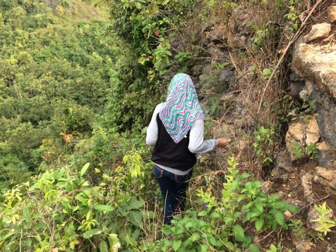 Setapak di Bibir Jurang Menuju Gua Pertapan - Turunan Girisuko Panggang Gunungkidul Yogyakarta