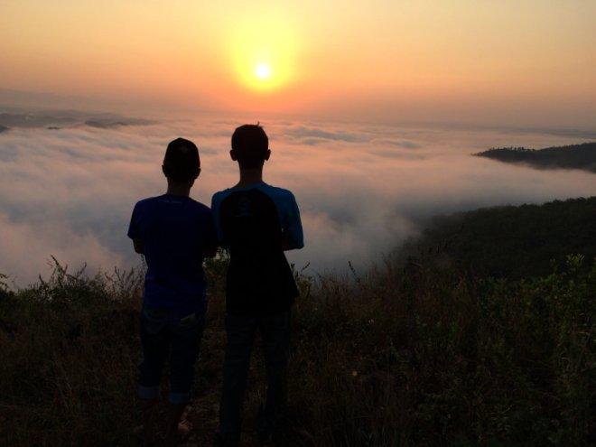Menikmati Sunrise di Puncak Bukit Pertapan Watu Payung Turunan Geoforet Panggang Gunungkidul Yogyakarta