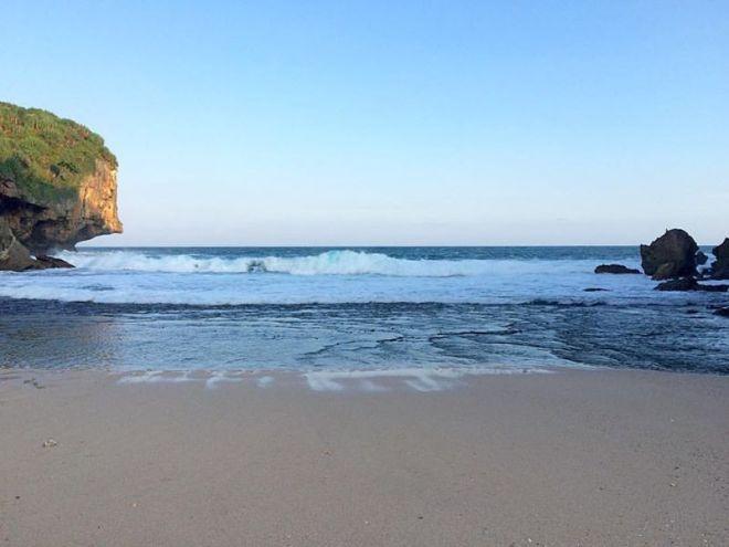 Hamparan Pasir Putih di Pantai Kayu Arum - Kanigoro Gunungkidul Yogyakarta