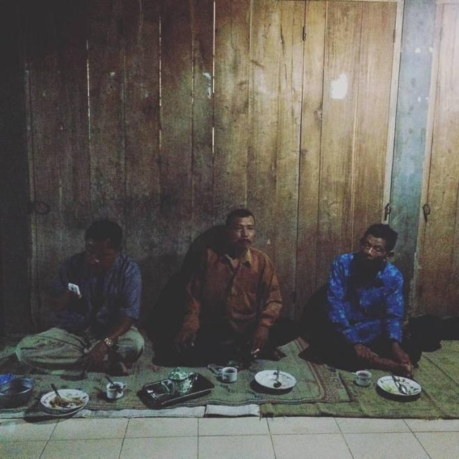 Pak Sumadi dan kawan-kawannya. Pelanggan bakmi jawa Pak Kamto dari Desa Kanigoro