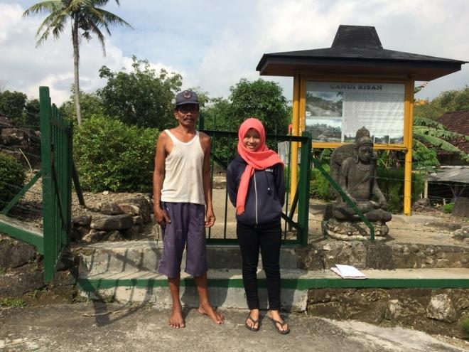 Pak Joko dan Krismawati di Depan Pintu Gerbang Candi Risan Candisari Semin Gunungkidul