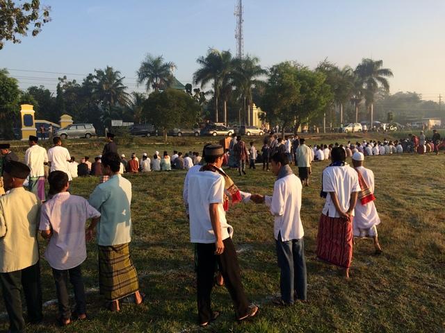 Suasana Shalat Iedul Fitri 1437 H di Lapangan Desa Grogol