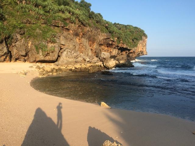 Sebentuk bayang-bayang akan kerinduan di Pantai Kayu Arum Kanigoro Saptosari Gunungkidul Yogyakarta
