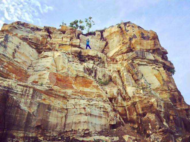 Penambang Batu Bekerja di ceruk ceruk tebing Telaga Biru Candisari Semin Gunungkidul
