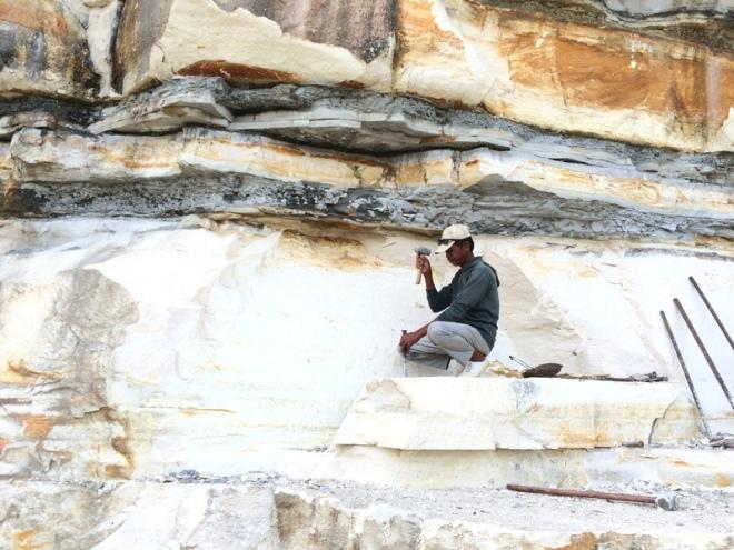 Pekerja Tambang Memecah Batu di Tebing Telaga Biru Candirejo Semin Gunungkidul