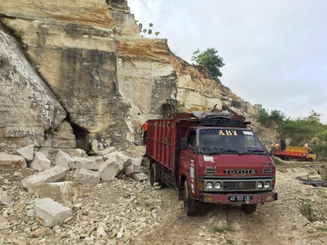 Truk Truk Pengangkut Batu Alam di Kawasan Tambang Telaga Biru
