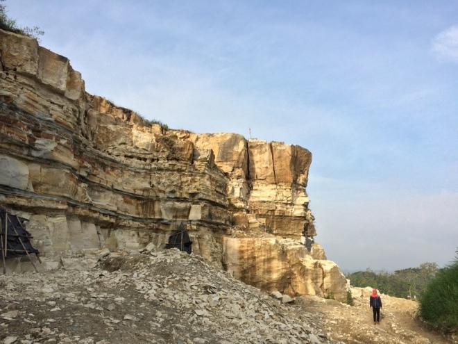 Tebing Tebing Batu di Telaga Biru yang terus ditambang